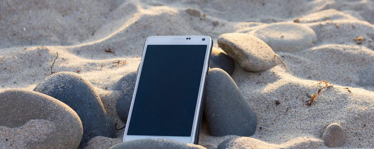 llevar el móvil a la playa